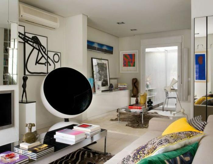 fauteuil-boule-et-peintures-artistiques-dans-une-petite-salle-de-séjour