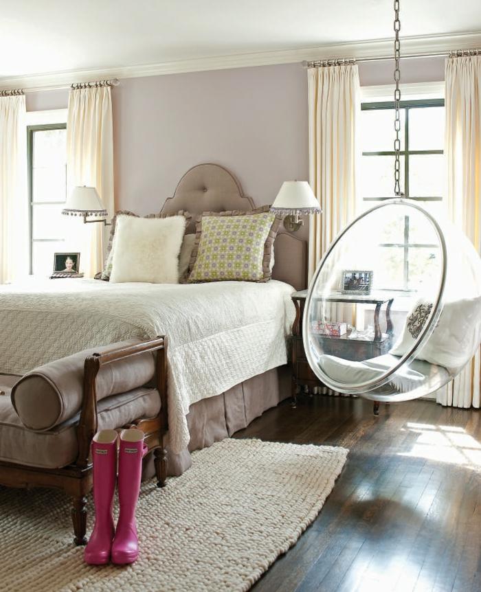 fauteuil-boule-tapis-sisal-et-bottes-roses-dans-la-chambre-à-coucher