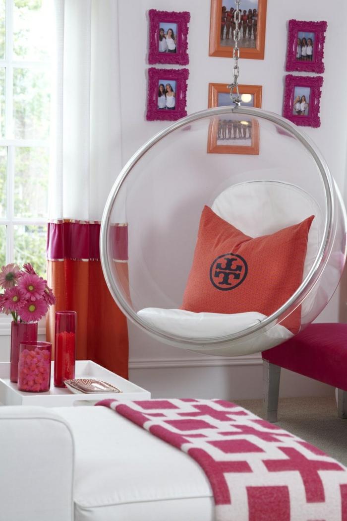 fauteuil-boule-transparent-dans-la-chambre-à-coucher