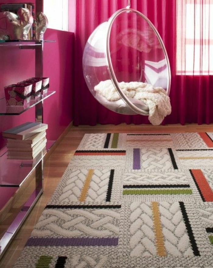 fauteuil-boule-transparent-dans-une-chambre-rose