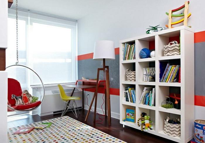 fauteuil-boule-un-tapis-pointillé-étagère-blanche-accents-colorés