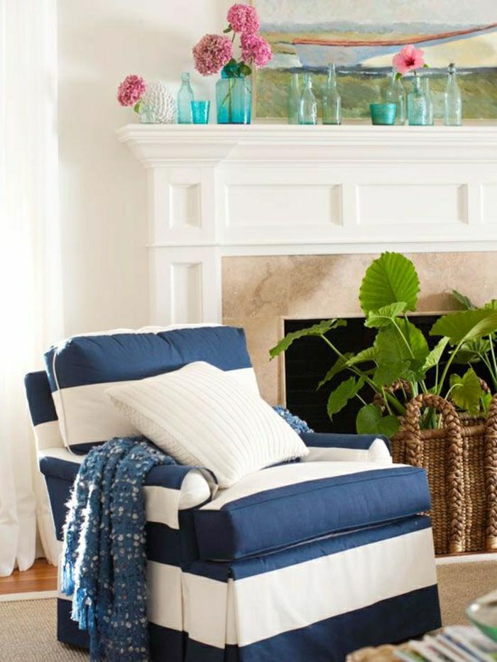 fauteuil-de-style-marin-idée-décoration-marin-mur-blanc-fleurs-cheminée