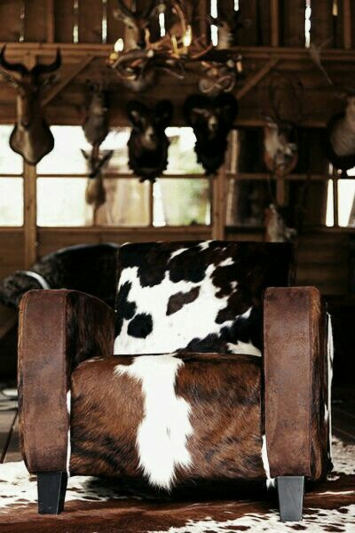 fauteuil-en-peau-de-vache-aménagement-en-peau-de-bete-fauteil-blanc-brun-déco-en-bois