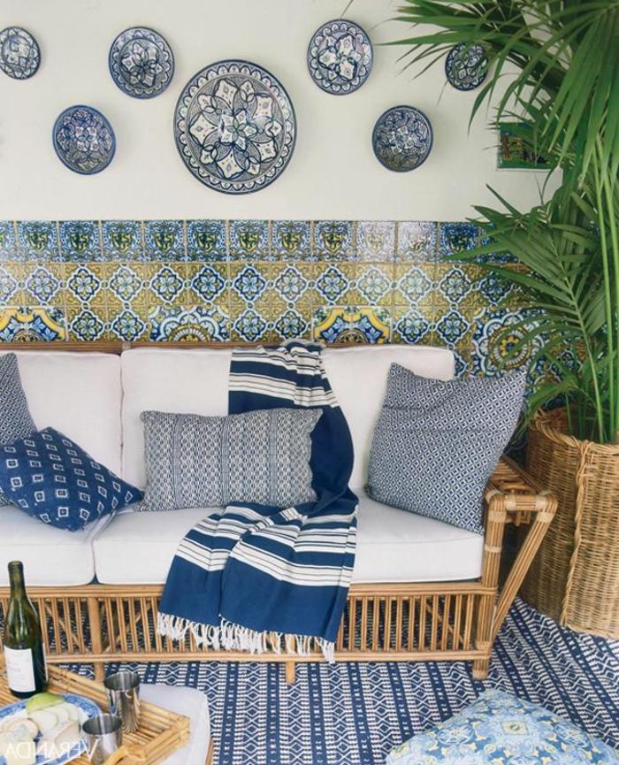 fauteuil-en-rotin-meuble-en-rotin-tapis-blanc-bleu-plante-verte-intérieur-moderne