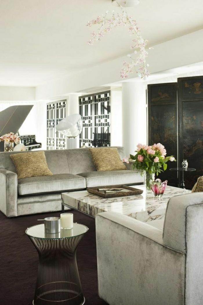 fauteuil-gris-canapé-sol-moquette-marron-coussins-beiges-fleurs-table-basse-marbre-table-bistro