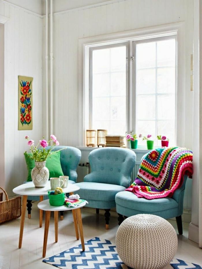 fauteuils-bleus-couleur-turqoise-tapis-a-rayures-blanc-bleu-table-de-salon-basse