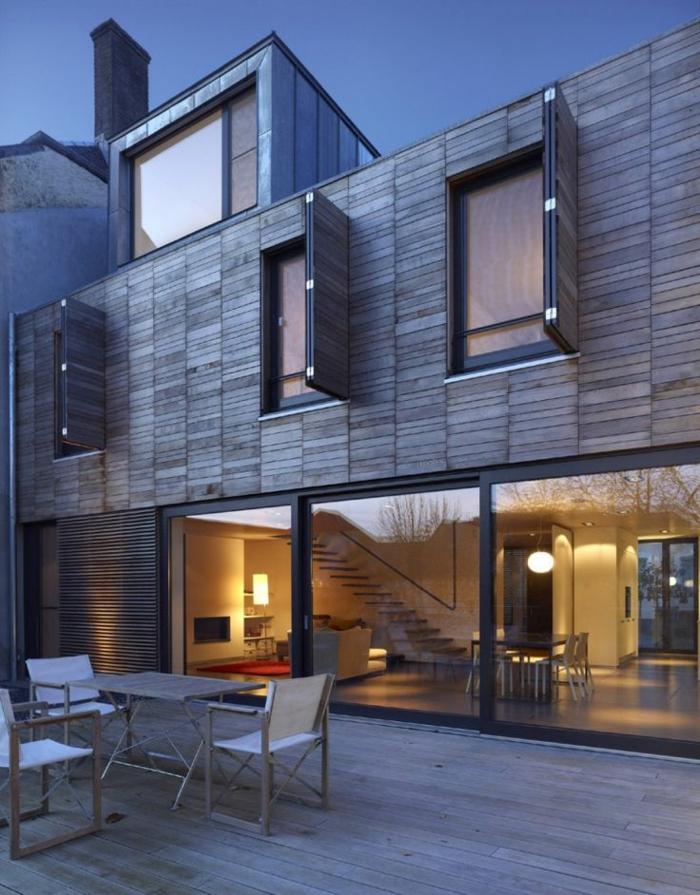 Les maisons modernes ont souvent une lucarne carrée