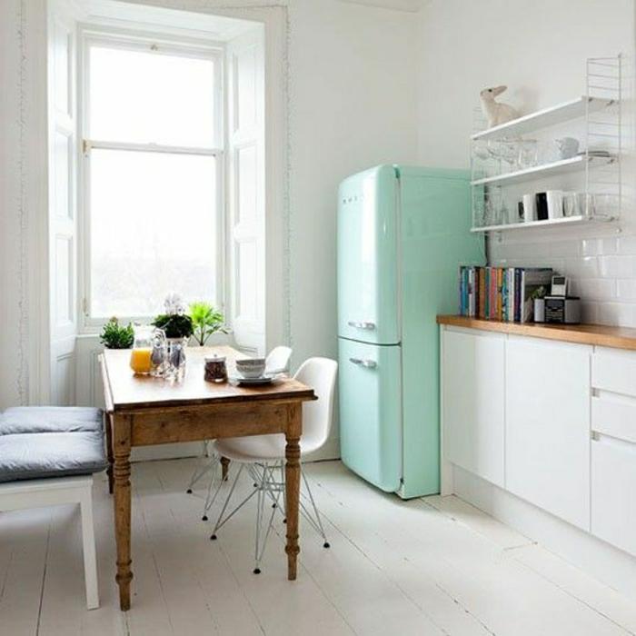 frigo-couleur-turqoise-murs-blancs-sol-plancher-beige-chaise-plastique-beige-table-en-bois