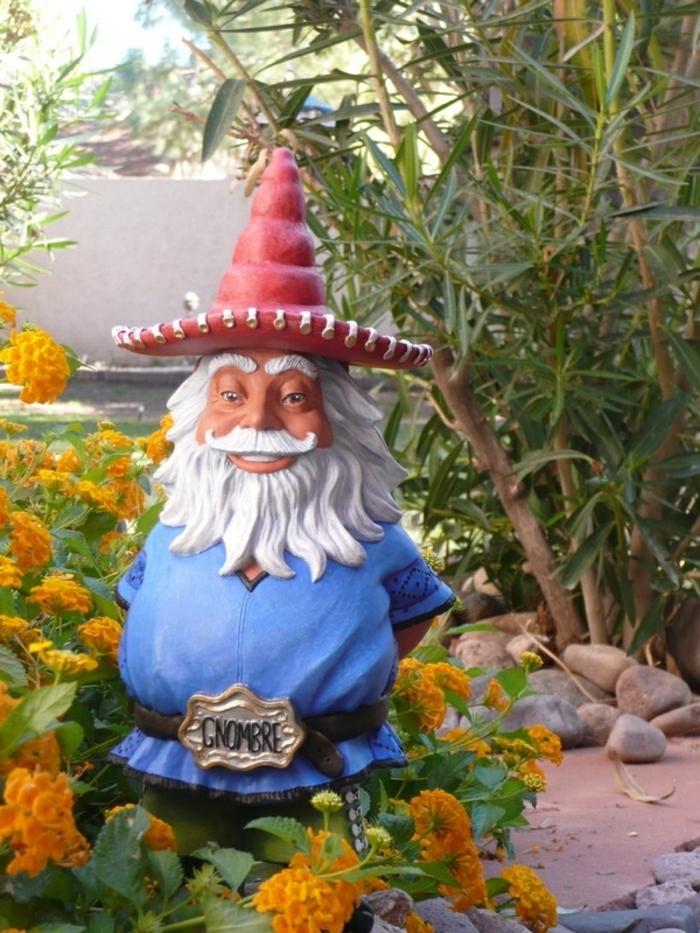 gnomes-de-jardin-chapeau-rouge-fleurs-jardin-fleurs-oranges-nains-jardin