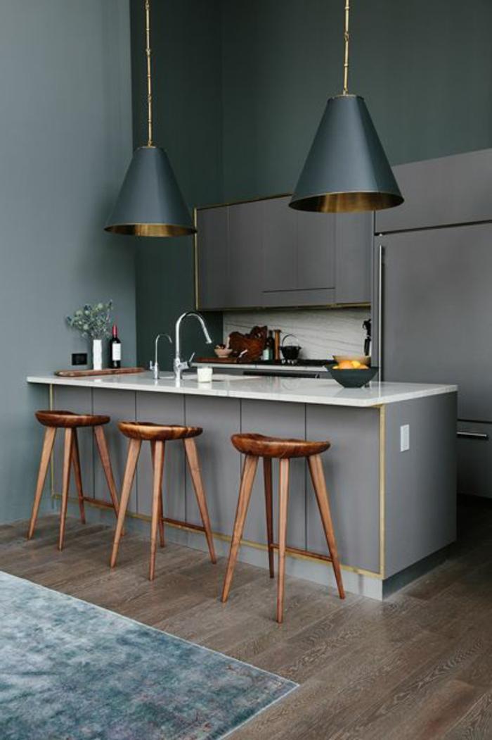 idée-couleur-cuisine-grise-chaises-de-bar-en-bois-cuisine-grise-lustre-dans-la-cuisine