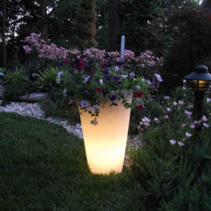 idée-de-jardin-pot-lumineux-violettes