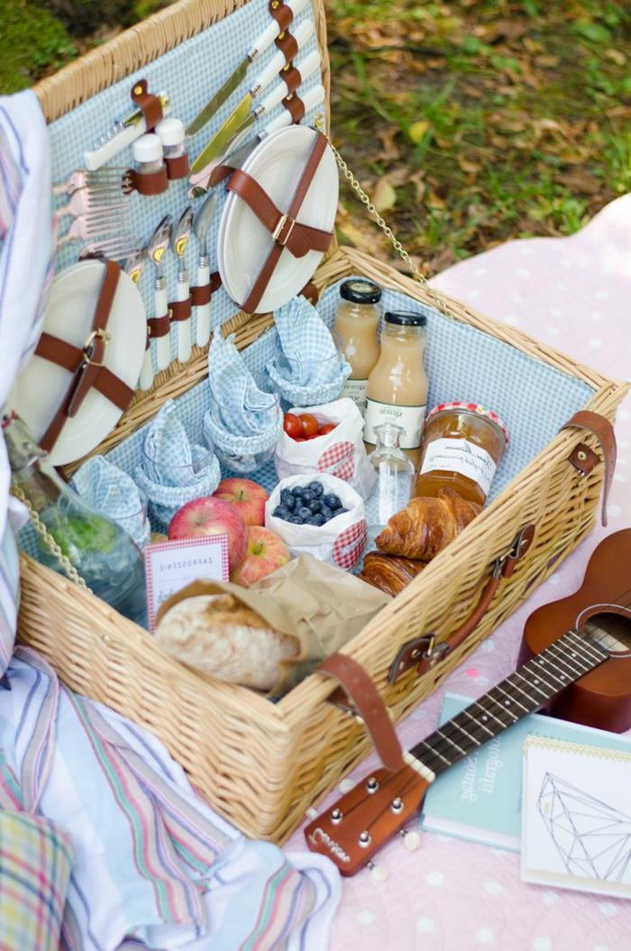 idée-panier-pique-nique-fruits-jus-croissants
