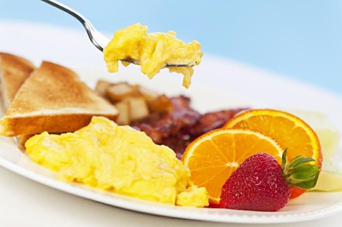 idée-petit-déjeuner-allimentation-vie-saine-oeufs-fruits