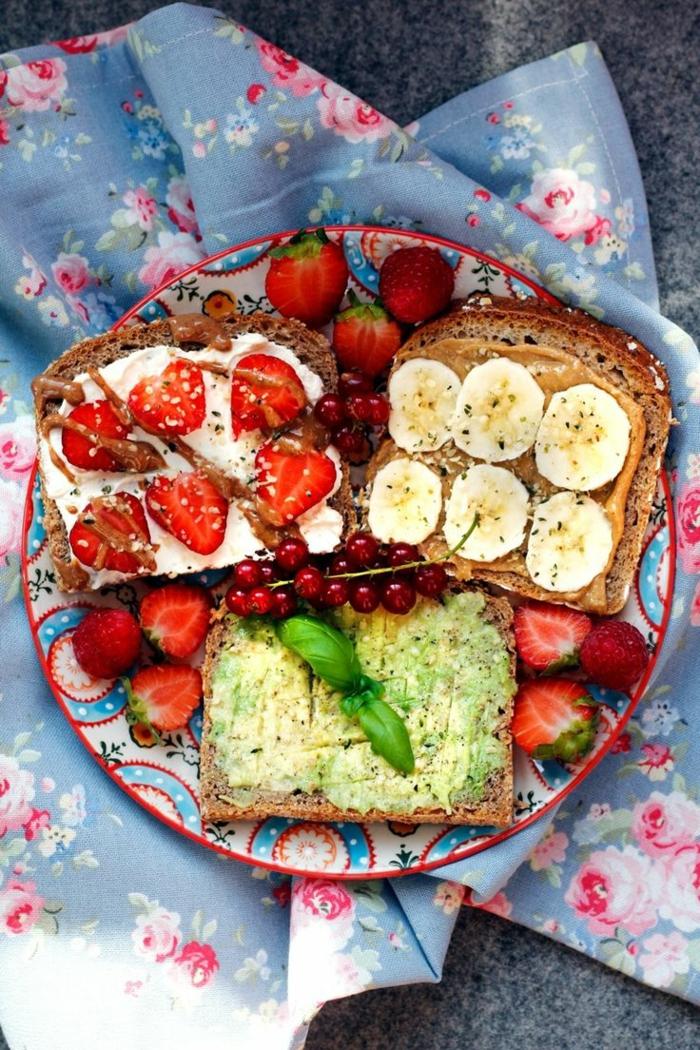 idée-petit-déjeuner-vie-saine-avocado-fraises-toasts