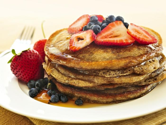 idée-petit-déjeuner-vie-saine-crepes-fruits-miel