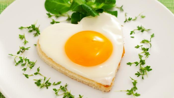 idée-petit-déjeuner-vie-saine-oeuf-forme-coeur