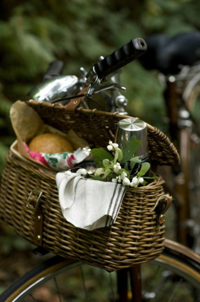 idée-pique-nique-plats-nappe-bicyclette