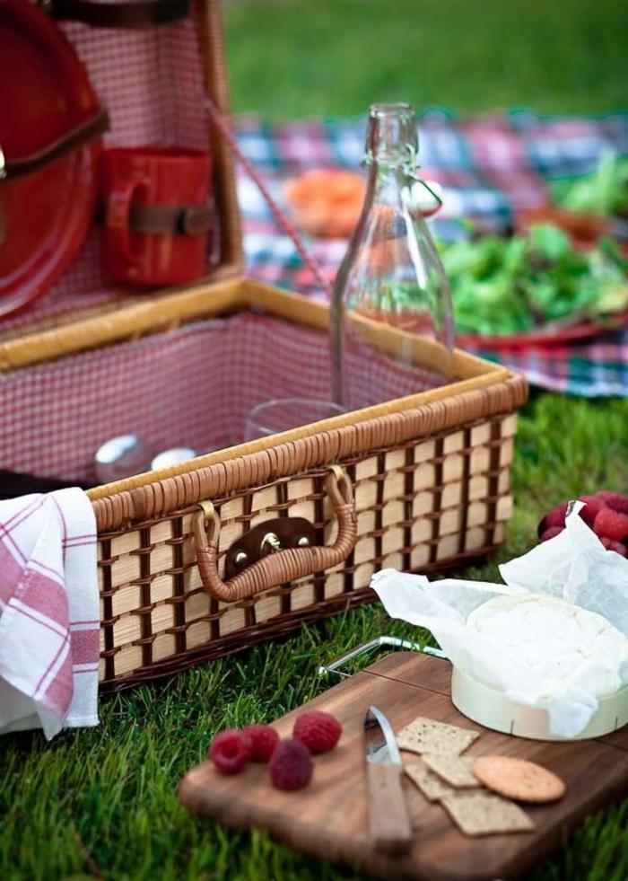 idée-pique-nique-plats-nappe-rouge-fruits-fromage