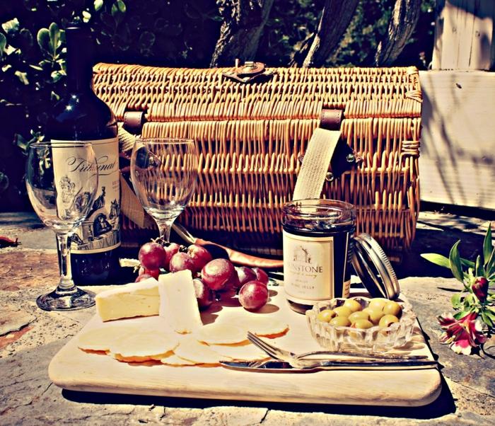 idée-pique-nique-plats-nappe-vintage-photo-vin-olives