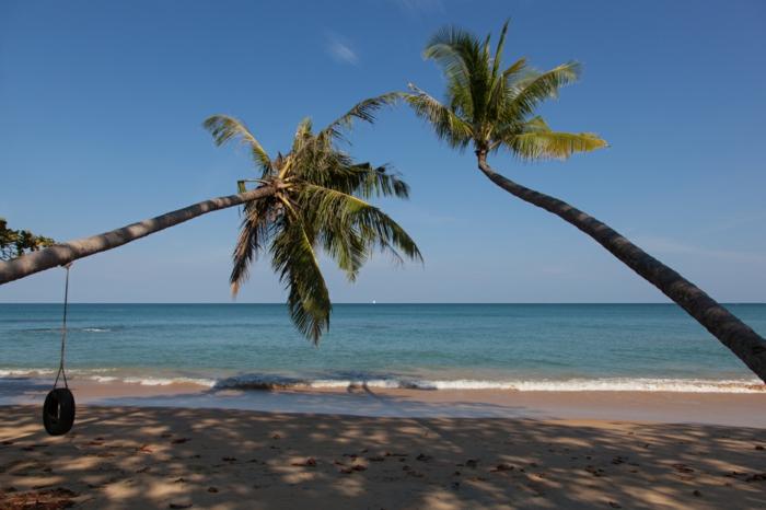 idées-pour-le-recyclage-pneux-balançoire-plein-air-plage-sable-palmiers