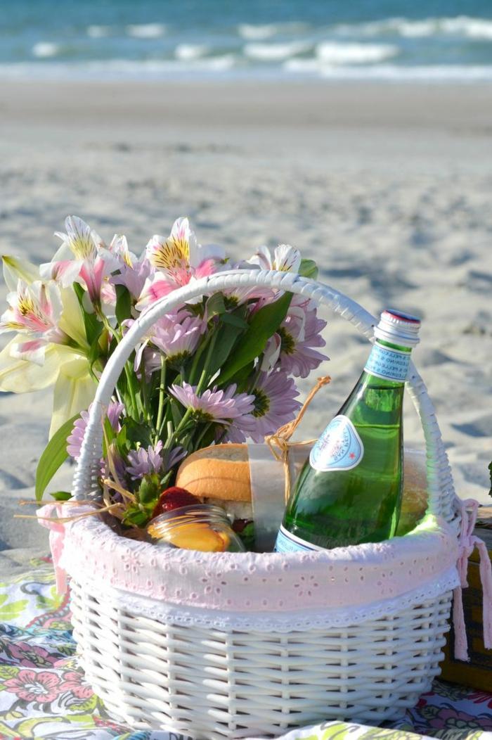 idee-pique-nique-le-panier-sur-le-sable-fleurs-eau