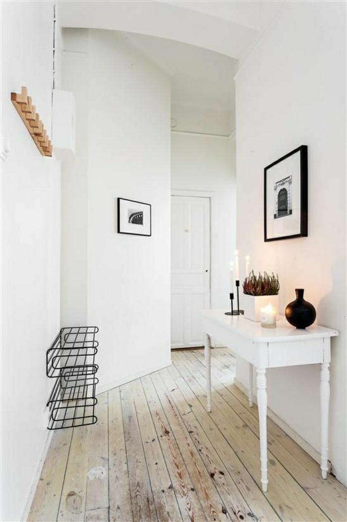ikea-meuble-en-bois-petit-table-dans-l-entrrée-sol-plancher-en-bois-mur-blanc-couloir
