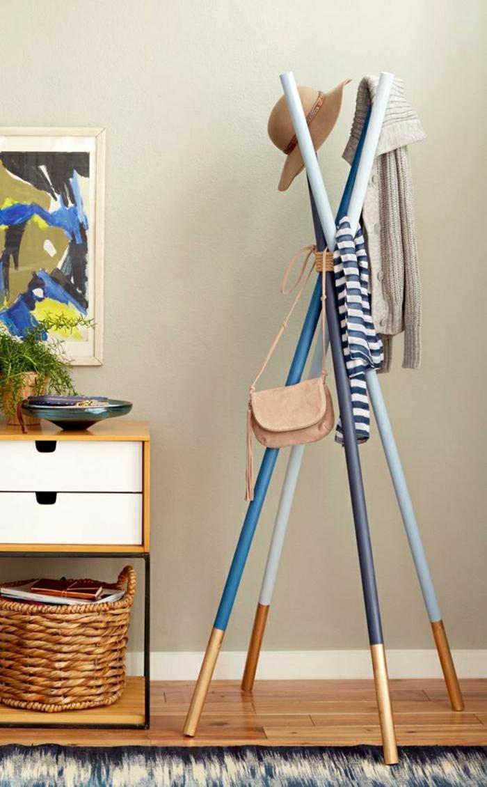 ikea-meuble-en-bois-porte-manteua-simple-élégant-meuble-en-bois-parquet-mur-beige