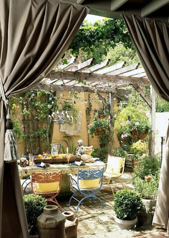 ... le jardin avec un meuble rustique en bois, rideaux de jardin gris