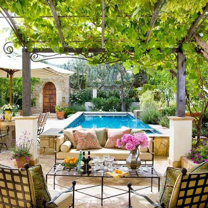 jardin-rustique-piscine-dans-le-cour-meuble-rustique-verdoyant-canapé-de-jardin