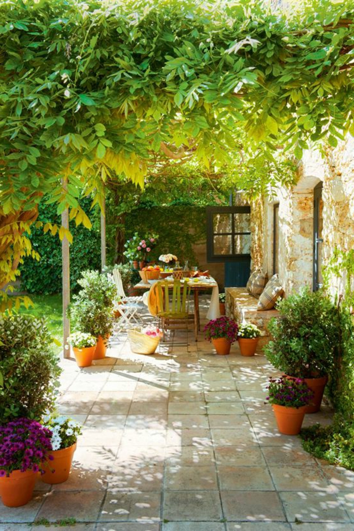jardin-verdoyant-de-style-rustique-meubles-rustiques-idée-aménagement-pour-jardin