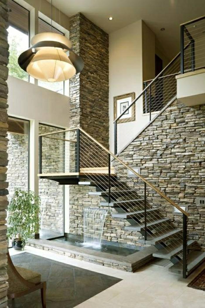 jet-d-eau-sous-escalier-aménagement-sous-escalier-idée-mur-de-pierres-escalier-noir