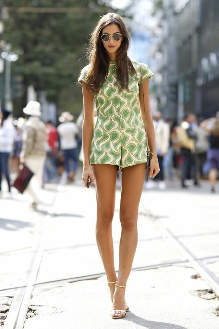 jolie-combishort-pour-l-été-couleur-vert-fille-brunette-lunettes-de-soliel