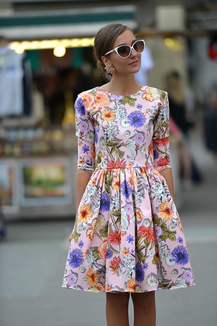 jolie-robe-d-été-colorée-femme-lunettes-de-soleil-robe-naf-naf-belle-fille