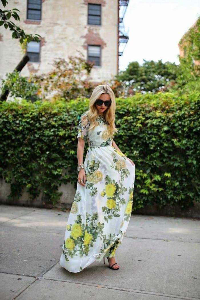 jolie-robe-longue-d-été-femme-blonde-lunettes-de-soleil-noir-marcher-sur-la-rue-blonde-fille