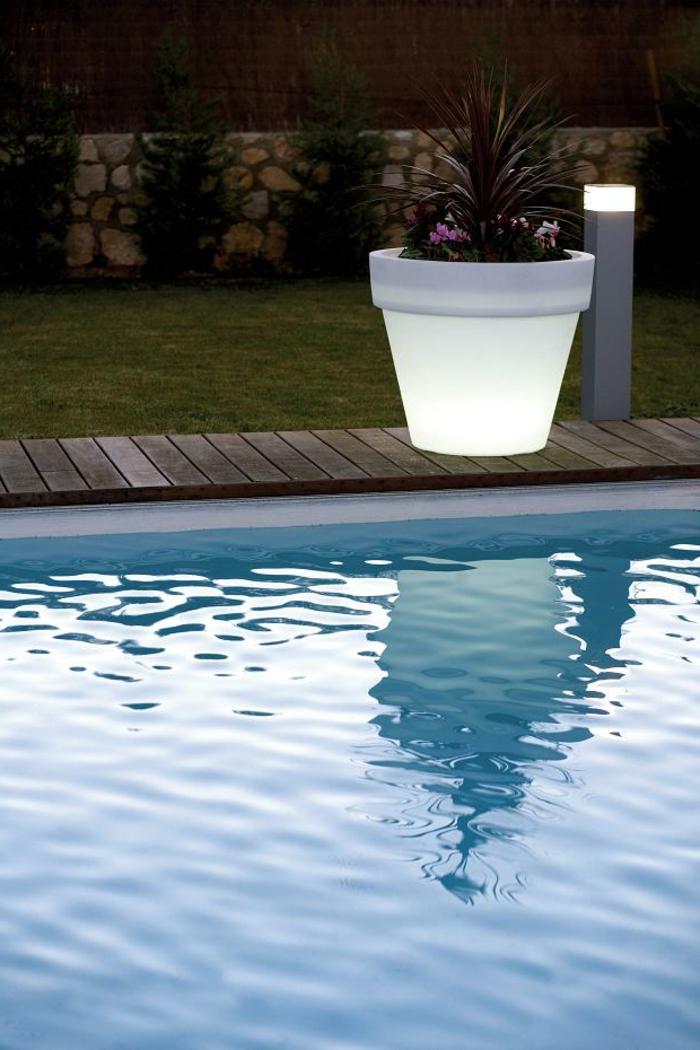l-idée-de-jardin-pot-lumineux-piscine-blanc-pot-grande