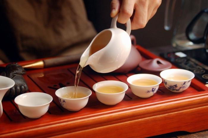 la-cérémonie-de-thé-japonais-petites-tasses-asiatiques
