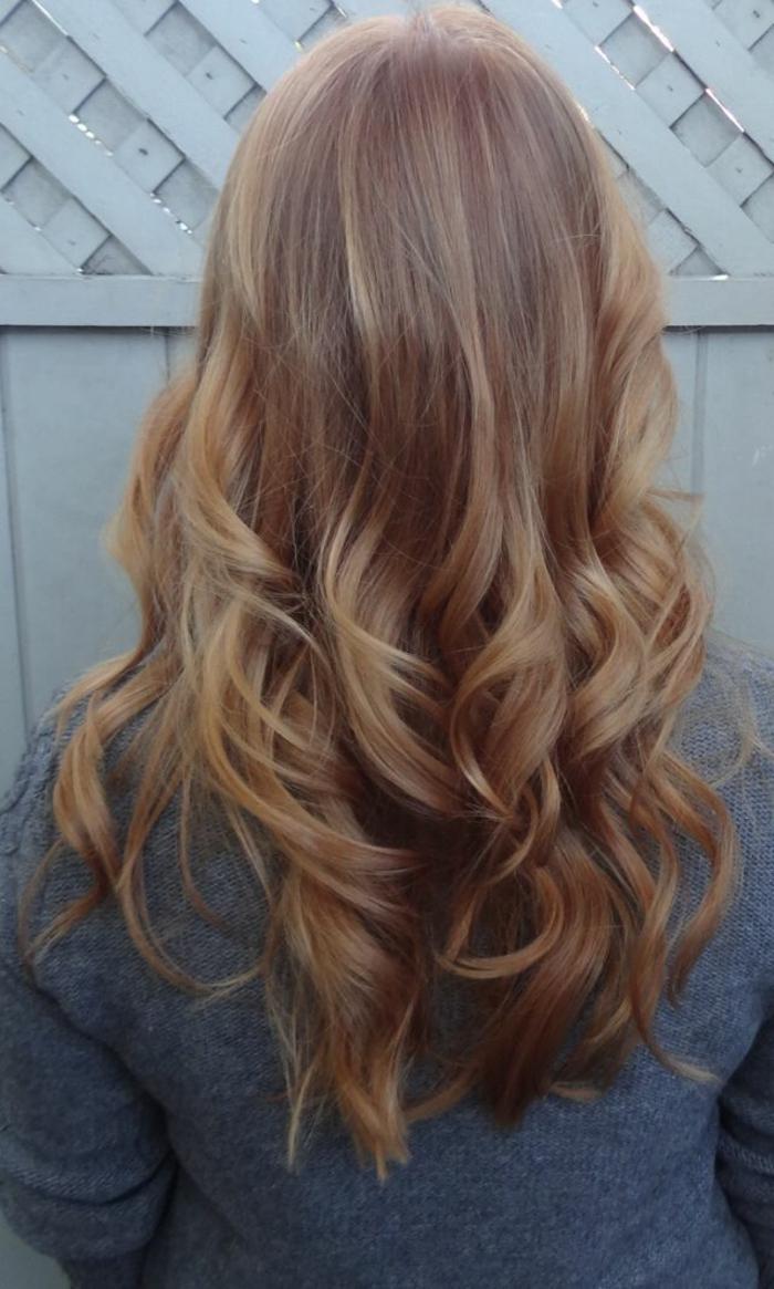 la-couleur-cheveux-blond-fonce-cheveux-longs-bouclés