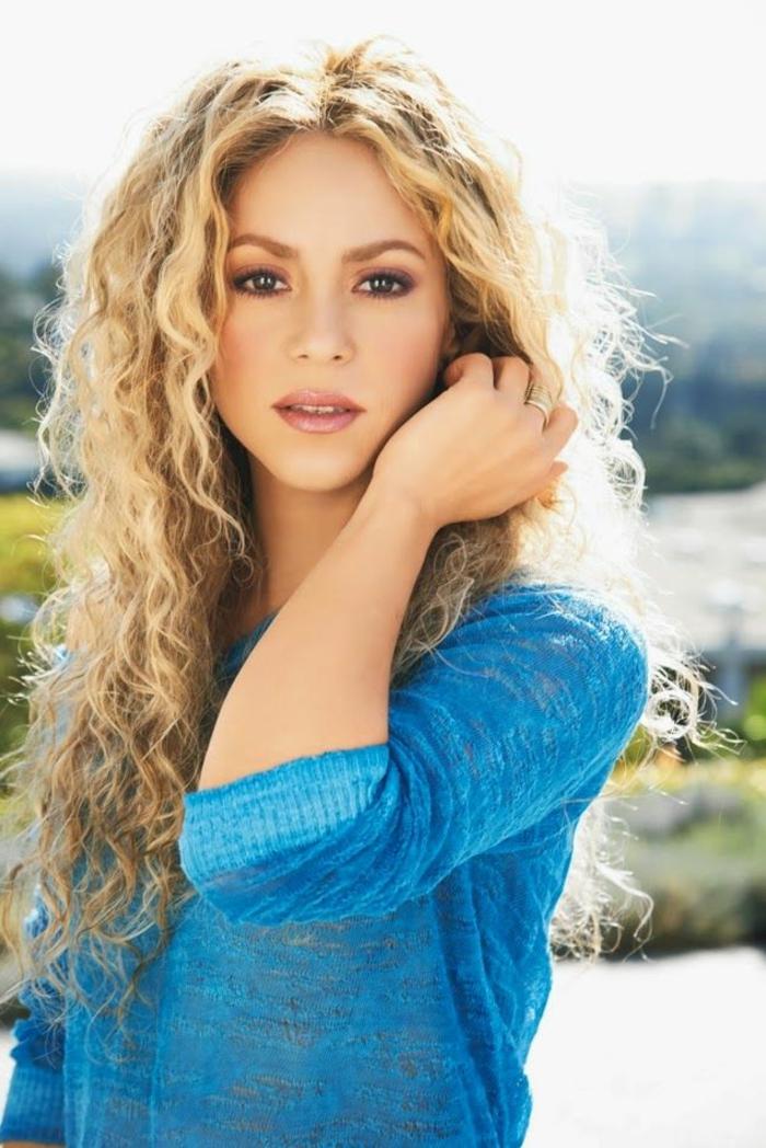 la-couleur-cheveux-blond-fonce-shakira-bleu-blouse