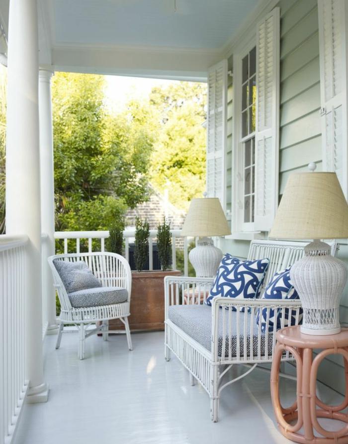 la-plus-belle-veranda-avec-meuble-en-bambou-blanc-lampe-en-bambou-extérieur