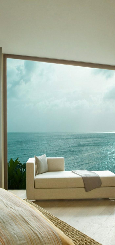 la-plus-belle-vue-sur-la-mer-canapé-blanc-décoration-marine-idée-grande-fenetre