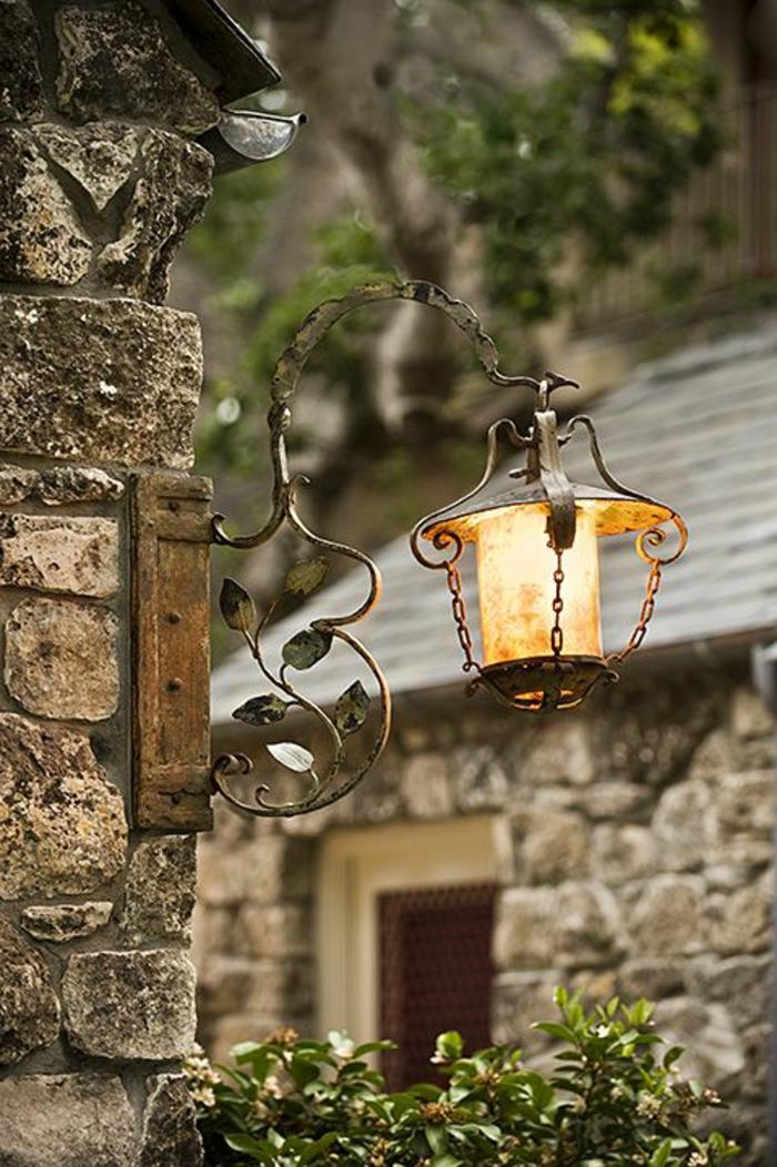 lampadaire-exterieur-mur-en-pierre-maison-rustique-jardin-applique-exterieur