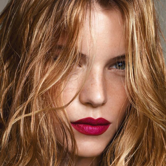 le-maquillage-professionnel-beauté-femme-rouge-saturé
