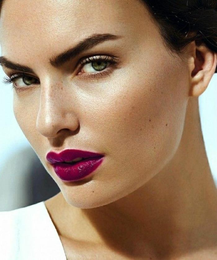 le-maquillage-professionnel-beauté-modèle-levres-bordeau