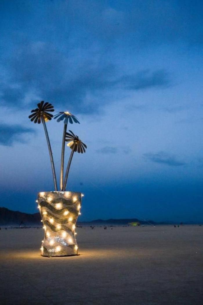 le-plant-vert-dans-un-pot-fleur-lumineux-au-bord-de-la-mer