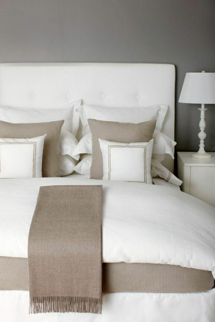 linge-de-lit-blanc-taupe-mur-couleur-taupe-lit-blanc-chambre-a-coucher