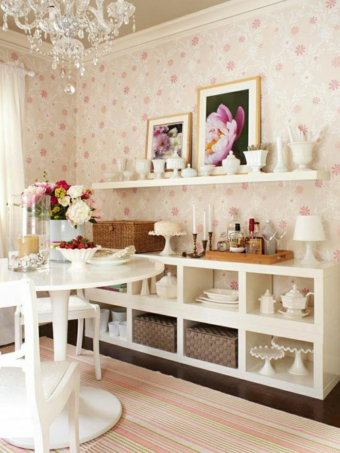 lustre-baroque-en-crystal-tapis-a-rayures-blanc-rose-peintures-lustre-baroque-table-tulipe