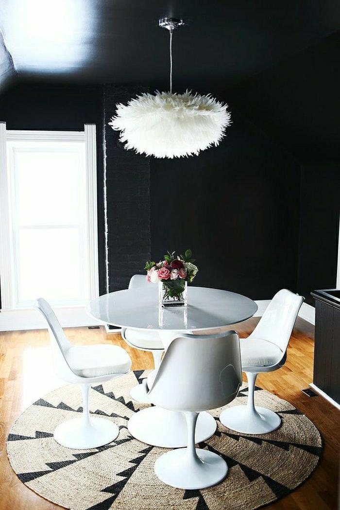 lustre-de-plumes-blancs-mur-noir-table-en-plastique-tapis-ronde-table-ronde-blanche