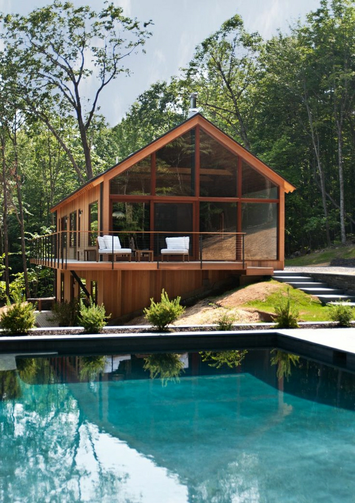 maison-architectre-en-bois-mur-verre-maison-en-bois-jardin-piscine