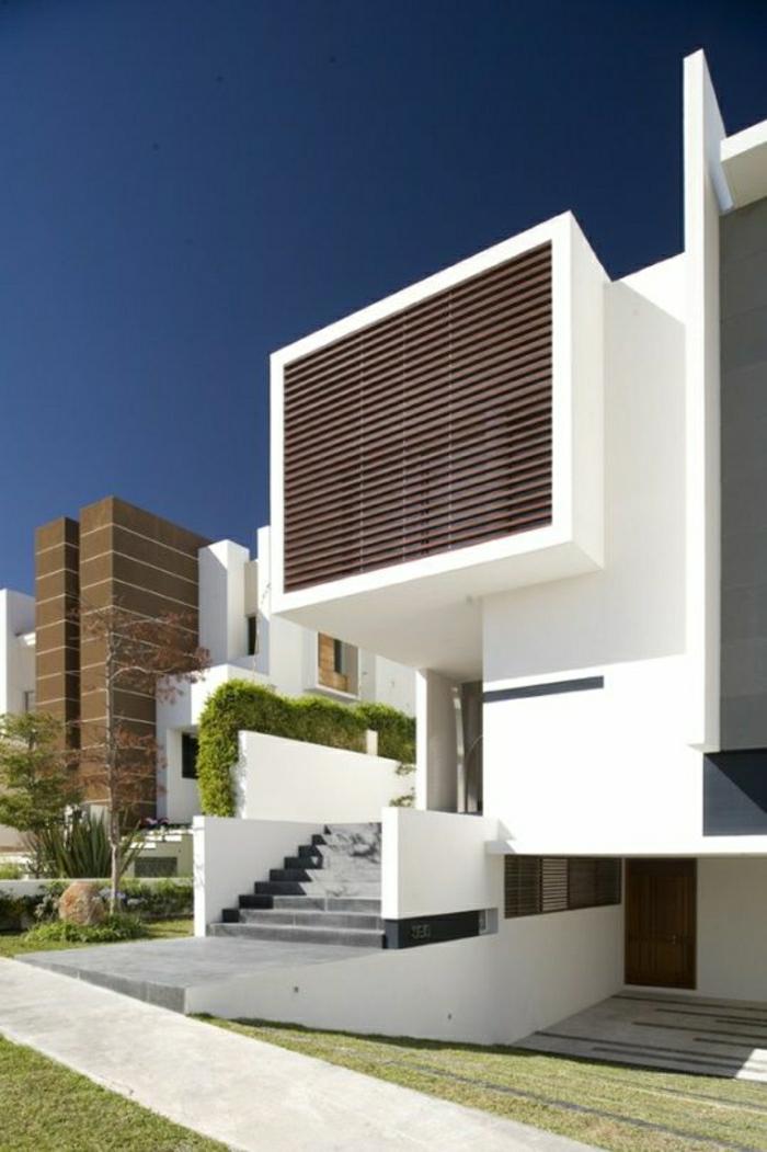 maison-contemporaine-atypique-mur-d-extérieur-blanc-mur-jardin-pelouse-vert