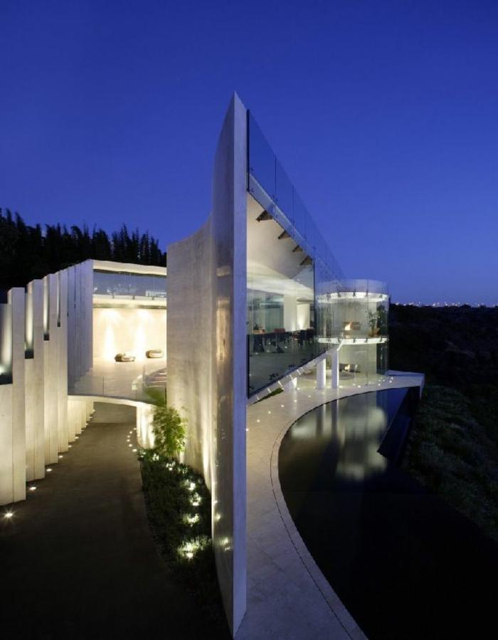 maison-de-luxe-avec-luminaires-extérieur-maison-au-bord-du-lac-maison-en-verre